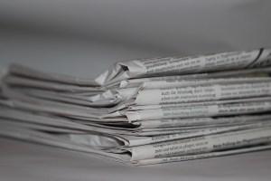 Des journaux empilés les uns au-dessus les autres