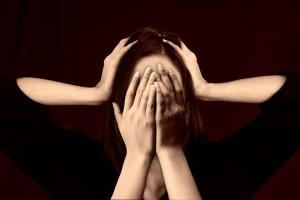 Une personne accablée par la honte