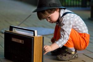 Petit garçon qui écoute la radio