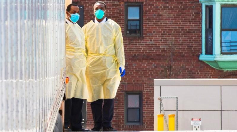Scène à l'extérieur de l'hôpital Mount Sinai Queens pendant la crise de la COVID-19