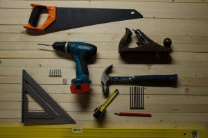 Des outils posés sur un plan de travail