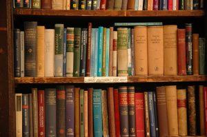 Bibliothèque garnie de bouquins