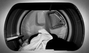 Brassée de vêtements dans la sécheuse