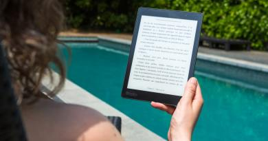 Une personne lisant un livre numérique