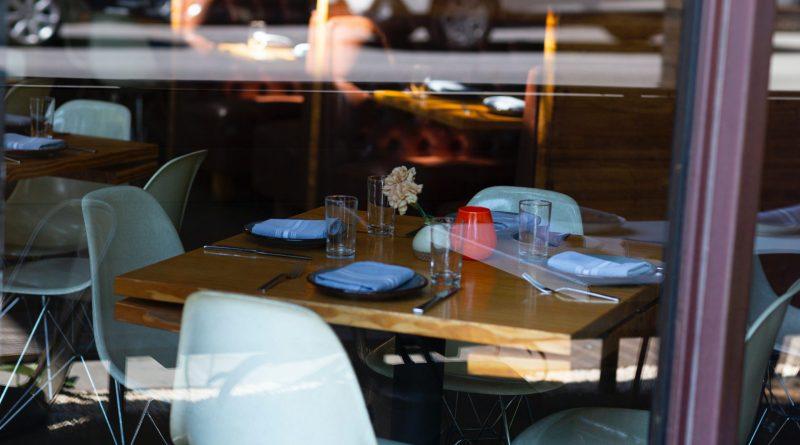 Des tables vides dans un restaurant
