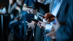 Des gens tenant des téléphones mobiles