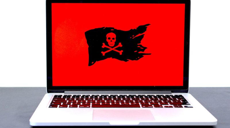 Un ordinateur avec un drapeau de pirate