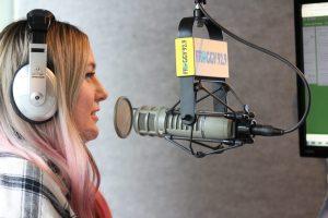 Une jeune femme qui parle à la radio