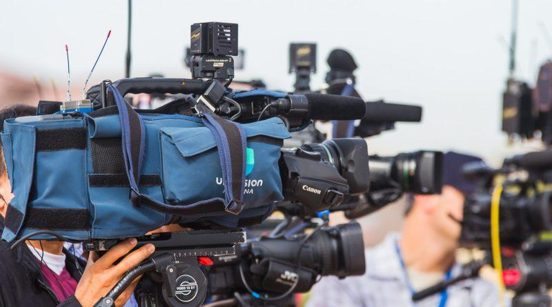 Des caméras de télé en plein reportage