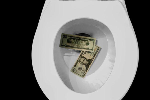 Billets de banque dans la cuvette de la toilette