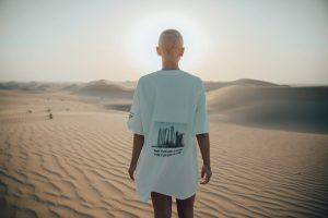 Jeune femme dans le désert avec un t-shirt inspirant