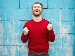 Un homme content qui porte un chandail rouge