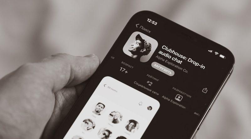 Quelqu'un qui tient un iPhone avec l'application Clubhouse