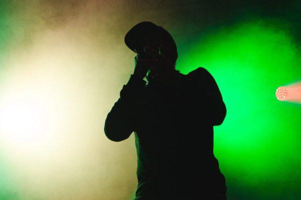 Un chanteur en contre-jour dans l'éclairage