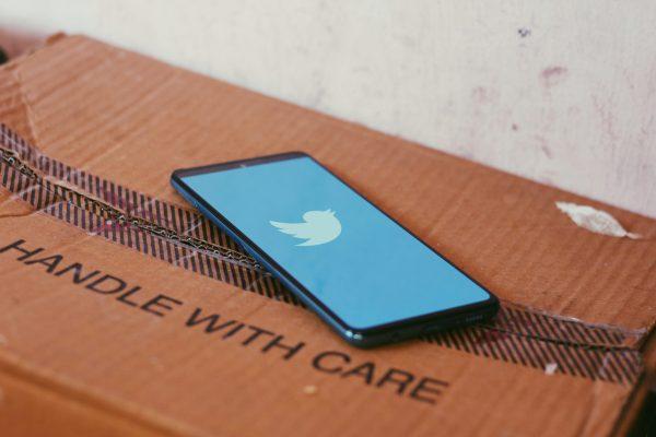 Un téléphone avec un compte Twitter sur une boîte en carton