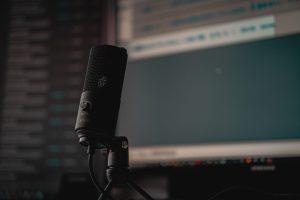Microphone noir sur un trépied