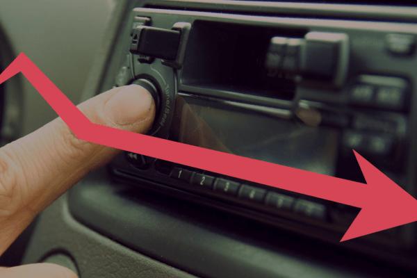 Flèche rouge sur une radio d'auto