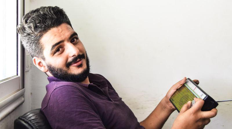 Un homme tient un récepteur radio