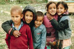 Un groupe de jeunes enfants