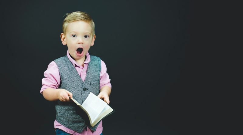 Un jeune garçon surpris