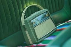 Radio grise sur une banquette de voiture