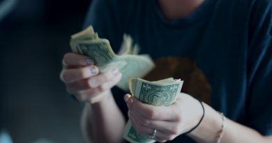 Quelqu'un qui est en train de compter des billets de banque