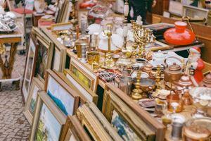 Des objets sur et devant une table dans un marché aux puces