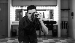 Un homme avec une caméra devant un miroir