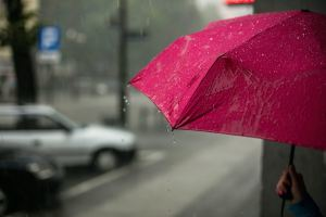 Quelqu'un sous un parapluie