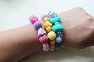 Un bracelet autour d'un poignet