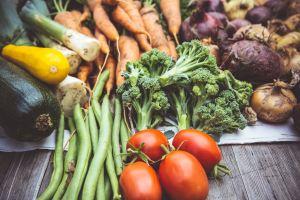 Des légumes sur une table