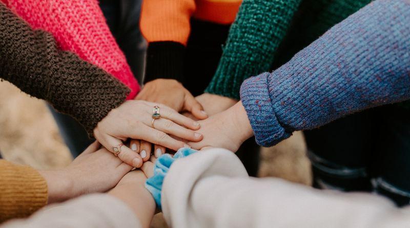 Des gens qui se tendent la main solidairement