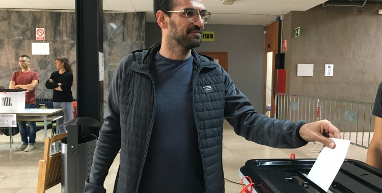 Matías Serracant ejerciendo su voto |  Mireia sanos