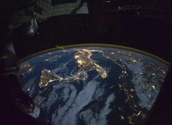 صورة ليلية لجزيرة صقلية الإيطالية، وسط مياه البحر الأبيض المتوسط