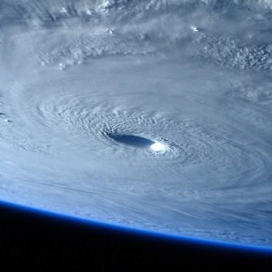 صورة لإعصار مايازاك من الفضاء، من على متن المحطة الفضائية الدولية، ويبدو في الصورة مركز الإعصار واضحا