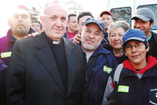 cardinal-bergoglio-con-i-cartoneros-di-Biuenos-Aires