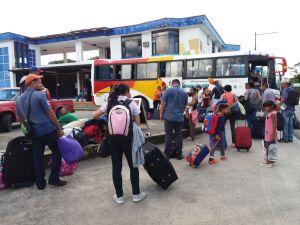 Aproximadamente 150 venezonalanos cruzan diariamente la frontera Ecuador – Colombia, por el puente sobre el rio San Miguel.