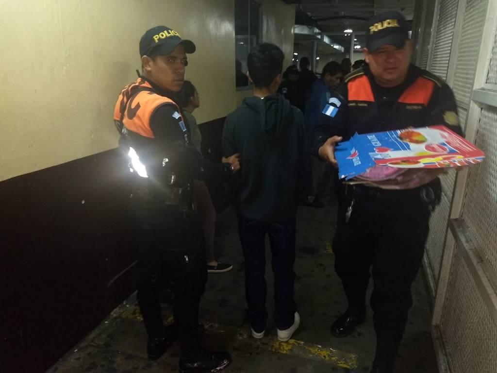 Pandilleros escondían pistola en un pastel