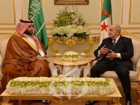 صورة رئيس الجمهورية عبد المجيد تبون يتحادث مع ولي العهد السعودي الأمير محمد بن سلمان بن عبد العزيز آل سعود