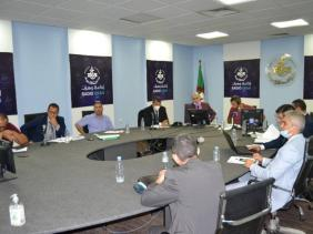 صورة في حصة خاصة للإذاعة : مسؤولون يبرزون مجهودات الدولة في القضاء على أزمة السكن