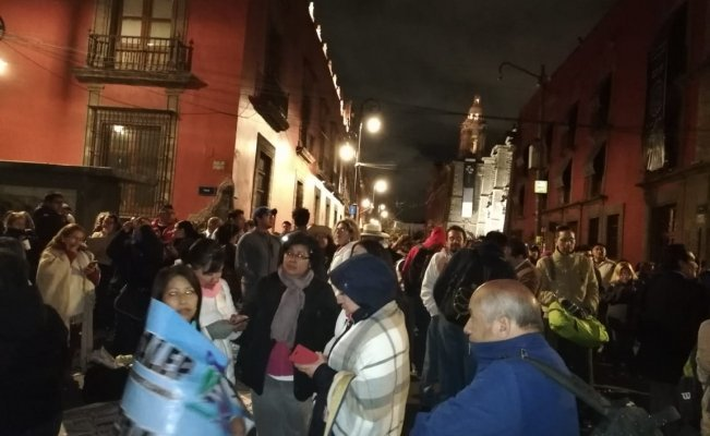 PROTESTAN MAESTROS DEL CONALEP AFUERA DE PALACIO NACIONAL
