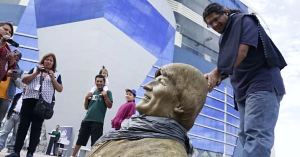 VIDEO: DESTRUYEN BUSTO DE EVO MORALES PARA RETIRARLO DE UN ESTADIO