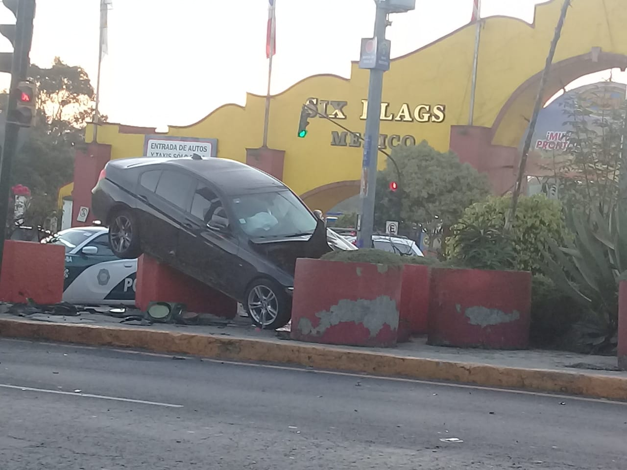 AUTO SE VUELCA Y CHOCA CONTRA MACETAS DE SIX FLAGS
