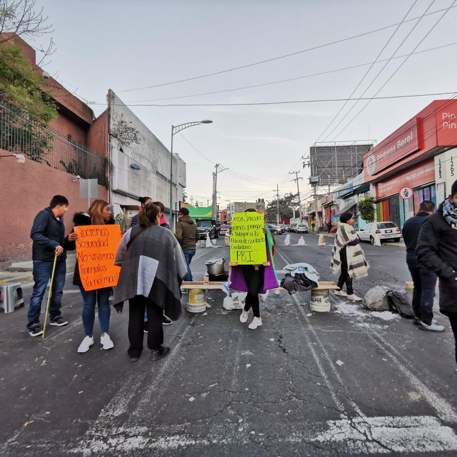 CONTINÚAN VECINOS BLOQUEANDO LA CALZADA DE LAS ÁGUILAS EN LA CDMX