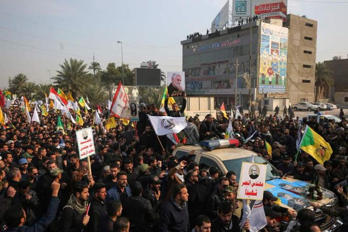 """IRAQUÍES DESPIDEN A SOLEIMANI AL GRITO DE """"EU ES EL GRAN SATANÁS"""""""
