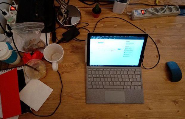 6 простых правил при работе за ноутбуком. Протрите рабочее место от пыли, крошек