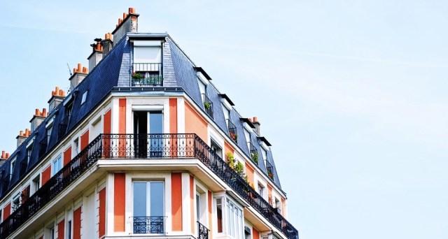 Rött tegel bostadshus för lägenheter