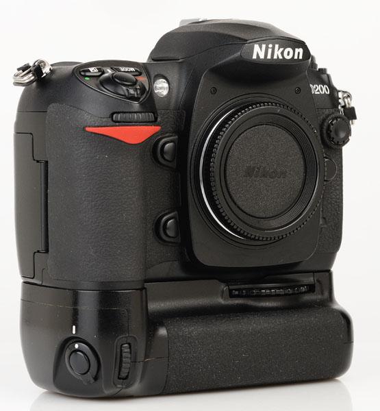 Nikon D200 cu grip MB-D200 front 2