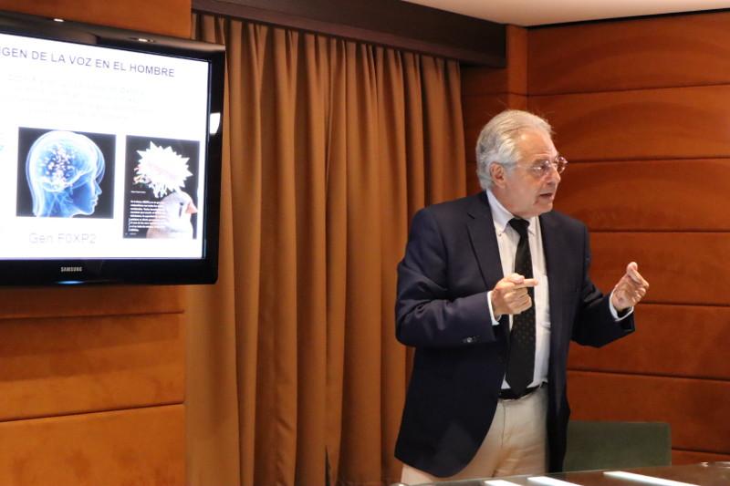 """Pedro Claros en su ponencia """"El origen de la voz en el hombre: ¿Desde cuándo, cómo y porqué el hombre habla?"""""""