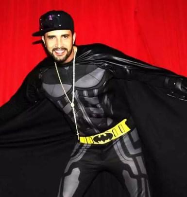 Latino vestido de Batman
